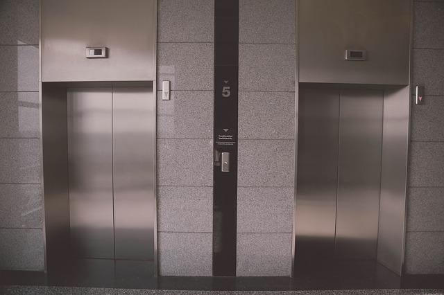 Diyelim ki tüm kablolar koptu. Ardından, asansörün güvenlik kasaları devreye girer. Güvenlik araçları, asansör boşluğunda aşağı ve yukarı inen rayların üzerine giren fren sistemleridir.