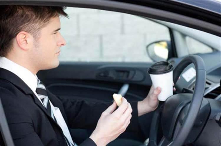 Araç kullanırken uyanık kalmak için kahve içmek ya da bir şeyler atıştırmak işe yarayabilir.